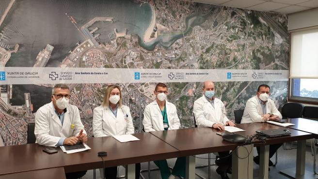 El gerente del área sanitaria de A Coruña, Luis Verde, presenta, junto a otros responsables médicos, el balance de actividad trasplantadora del Chuac en 2020