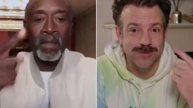 Jason Sudeikis y Don Cheadle en los Globos de Oro 2021.