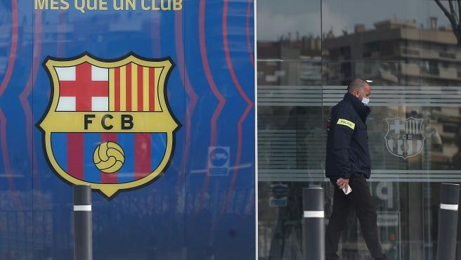 Los Mossos registran las oficinas del Fútbol Club Barcelona.