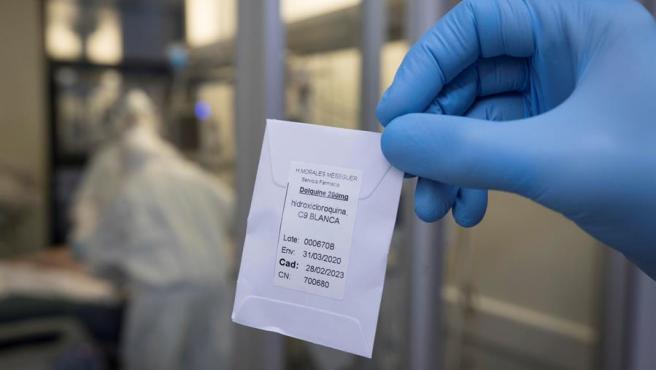 Una enfermera muestra una dosis de hidroxicloroquina.