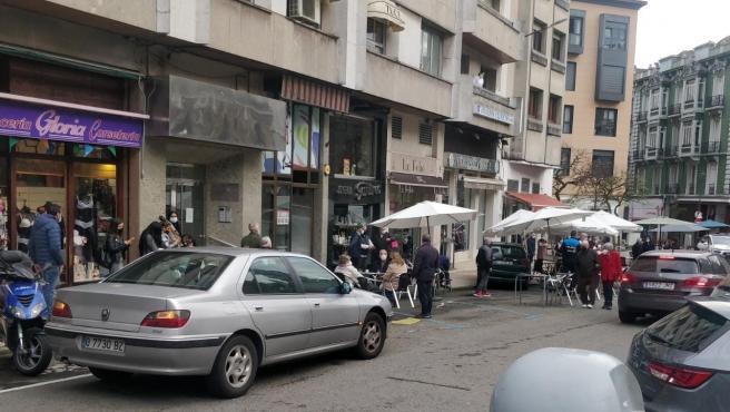Un coche se lleva por delante la mesa de una terraza en Avilés
