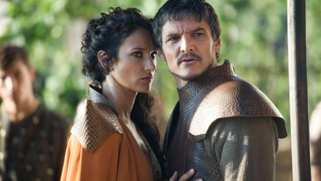 Indira Varma y Pedro Pascal en 'Juego de tronos'