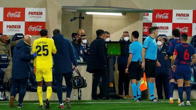 El árbitro mira el VAR durante un Villarreal - Atlético
