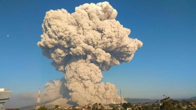 Erupción del volcán Sinabung, en Sumatra (Indonesia).