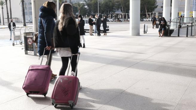 Archivo - Turistas con maletas en el aeropuerto.