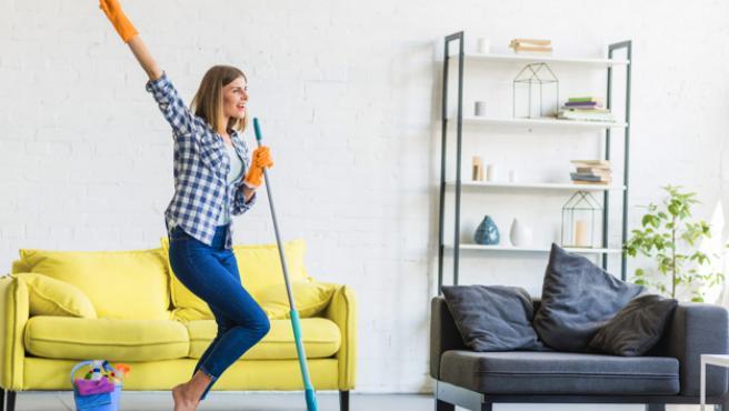 Esta mopa nos ayuda a limpiar y fregar de forma más eficaz.