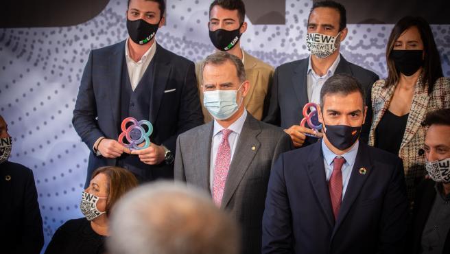 Archivo - El Rey Felipe VI (c); y el presidente del Gobierno, Pedro Sánchez (d), durante el acto entrega de premios de la Barcelona New Economy Week (BNEW), en Barcelona, Catalunya (España), a 9 de octubre de 2020. El