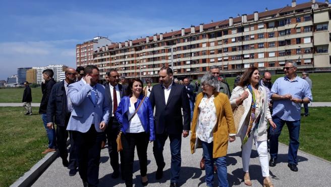 Archivo - La alcaldesa de Gijón, Ana González, durante la visita en 2019 al 'solarón' del Plan de Vías del que entonces era ministro en funciones de Fomento, José Luis Ábalos, actual ministro de Transportes