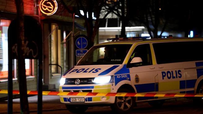 Vista de un coche de policía aparcado detrás de una cinta policial, tras un presunto ataque terrorista en Vetlanda, Suecia, 3 de marzo de 2021.