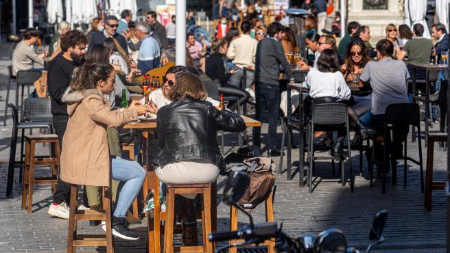 Clientes en un bar de Sevilla.