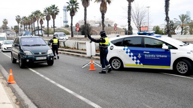 Control de movilidad de la Guardia Urbana en la Ronda Litoral de Barcelona.