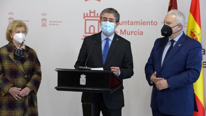 El concejal de Cultura y Recuperación del Patrimonio, Jesús Pacheco, en el atril, da a conocer la progranación de Semana Santa