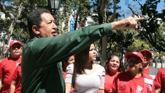 Hugo Chávez, señalando un edificio a expropiar.