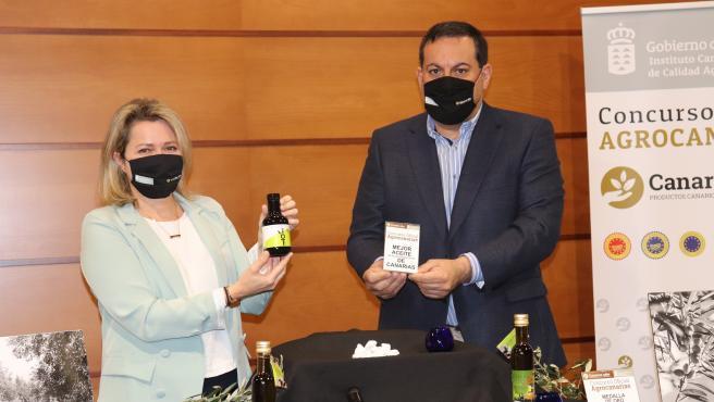 La consejera de Agricultura, Ganadería y Pesca del Gobierno de Canarias, Alicia Vanoostende, y el director del ICCA, Basilio Pérez, muestran el aceite ganador