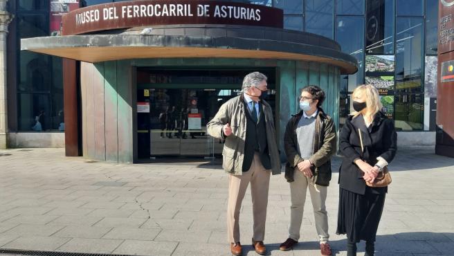 Los responsables de Vox Eladio de la Concha, José María Figaredo y Sara Álvarez en Gijón.