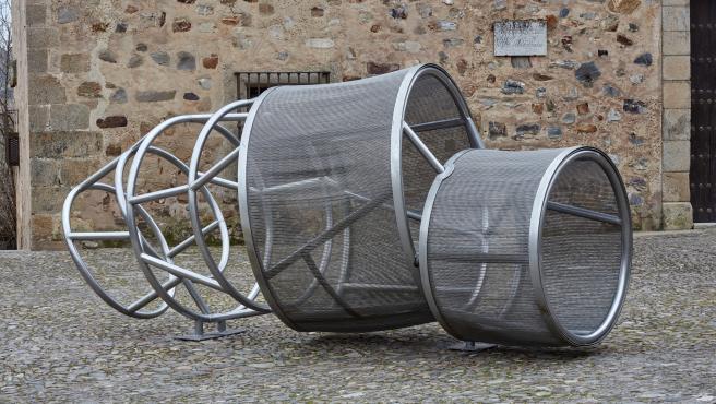 Obra de Susana Solano, que puede verse en la plaza de las Veletas de Cáceres dentro de la exposición 'Helga de Alvear y Cáceres'