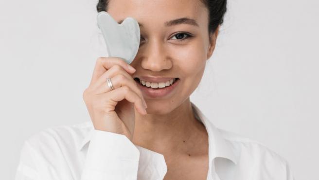Esta herramienta es ideal para destacar y relajar zonas del rostro.