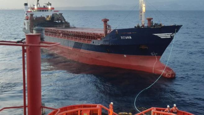 Salvamento Marítimo remolca un buque de carga con 10 tripulantes tras quedarse sin máquina en aguas de Gran Canaria