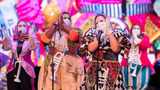 Actuación de una murga en el Carnaval de Santa Cruz de Tenerife