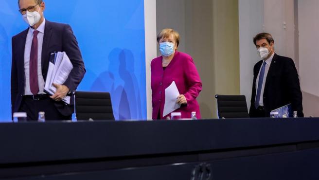 La canciller de Alemania, Angela Merkel, durante una reunión con los jefes de gobierno de los estados federados del país, sobre la desescalada de las restricciones por la pandemia del coronavirus.