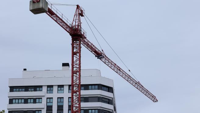 Archivo - Edificio de viviendas en construcción en Madrid (España), a 20 de octubre de 2020. El Tribunal Supremo se pronunciará mañana sobre la legalidad de las hipotecas ligadas al Índice de Referencia de los Prés