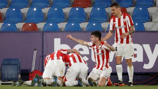 Los jugadores del Athletic Club celebran el gol de Berenguer.