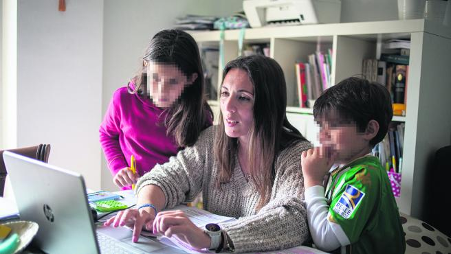 Cleo Pérez, con sus hijos de 9 y 5 años.