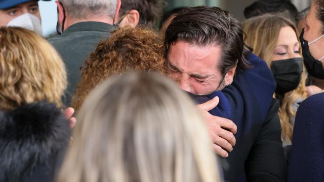 David Bustamante llora la muerte de Álex Casademunt el día de su funeral.