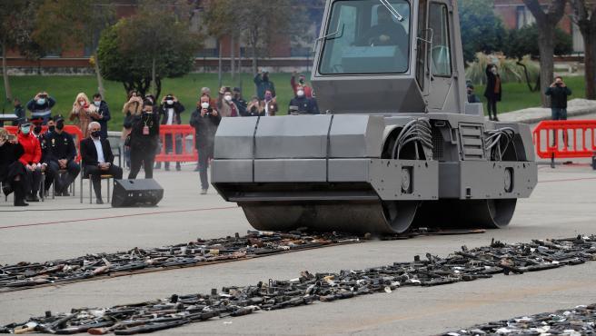 Las fuerzas de seguridad del Estado proceden a la destrucción de varios centenares de armas incautadas en décadas pasadas a las bandas terroristas ETA y GRAPO durante un acto celebrado en la Academia de la Guardia Civil de Valdemoro.