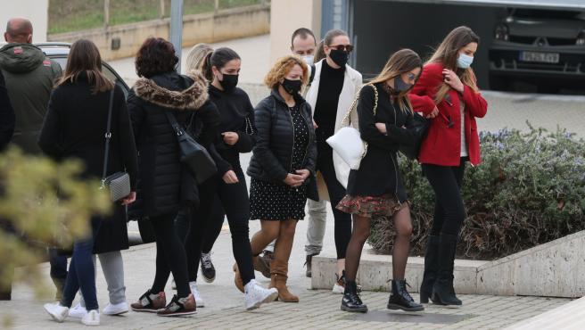 Familia y amigos de Álex Casademunt de camino al entierro.