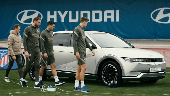 Algunos jugadores del Atletico de Madrid contemplan el nuevo Hyundai Ioniq 5.