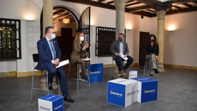 La presidenta del PP Asturias, Teresa Mallada, el portavoz de Turismo del Grupo Popular en el Congreso de los Diputados, Agustín Almodóbar; el concejal de Turismo del Ayuntamiento de Oviedo, Alfredo Quintana, y su secr