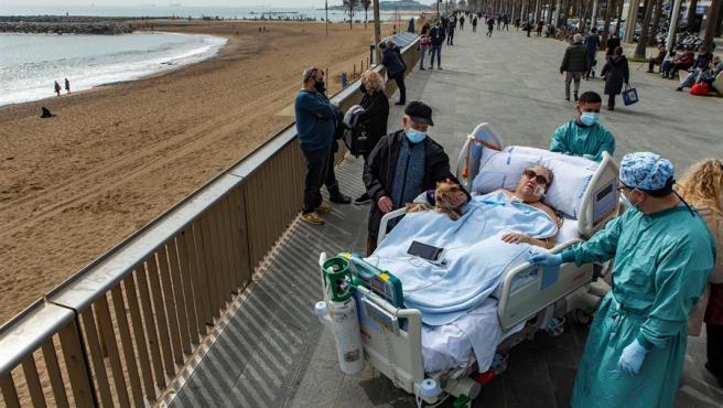 Margarita Pascual, paciente de 72 años ingresada en la UCI del Hospital del Mar de Barcelona por Covid, en el momento en el que la han acercado hasta el paseo marítimo para que pudiera ver el mar.