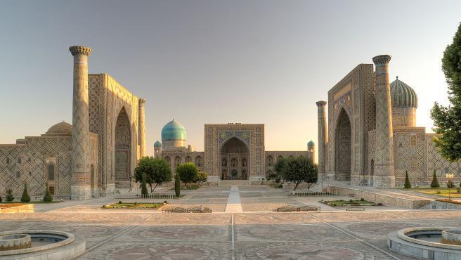 Plaza de Registán, en la icónica ciudad de Samarcanda, Uzbekistán.
