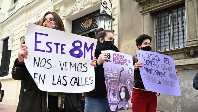 Pancartas del Sindicato de Estudiantes Libres y Combativas sobre las concentraciones feministas del 8M.