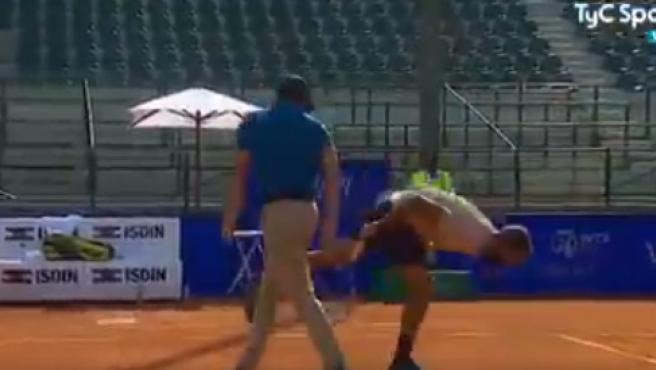 Benoit Paire escupe en la pista.