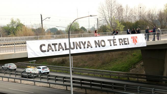 Pancarta contra Felipe VI en la AP-7, a la altura de Martorell.
