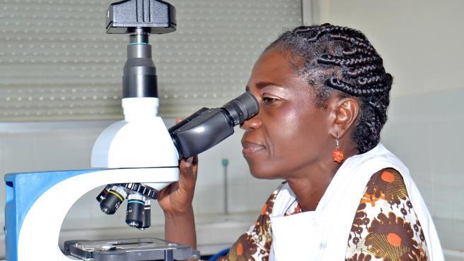 La científica marfileña, Duni Sawadogo, en su laboratorio.