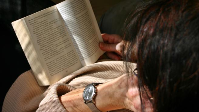 El 68,3% de mujeres lee libros en su tiempo libre, según el último barómetro de la  FGEE.