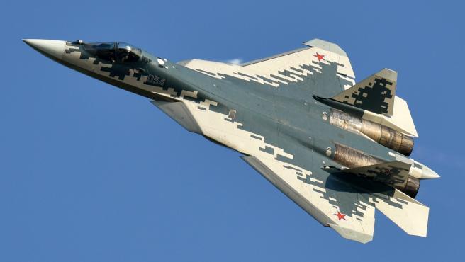Imagen de un Sukhoi Su-57 en pleno vuelo.
