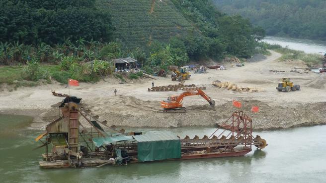 Imagen de una mina de arena en el río Rojo, en China.