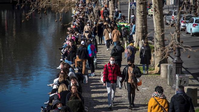 Numerosos parisinos, reunidos a orillas del Canal Saint Martin para disfrutar de un domingo soleado en la capital francesa.