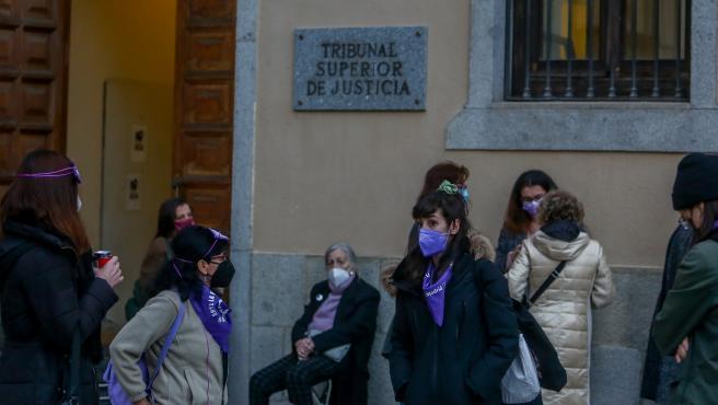 Varias personas de asociaciones feministas, se reúnen en las inmediaciones del Tribunal Superior de Justicia de Madrid (TSJM) a la espera de su decisión sobre las manifestaciones del 8-M en Madrid.