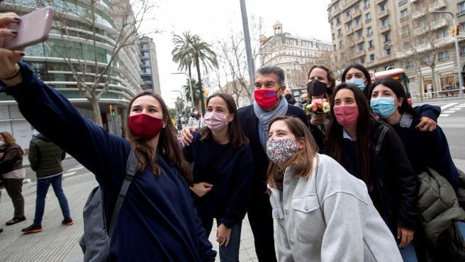Joan Laporta se hace una foto con un grupo de mujeres