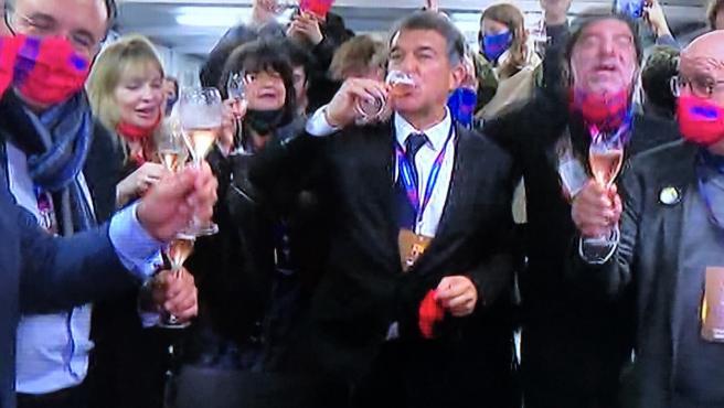 Joan Laporta celebra con champán su victoria electoral