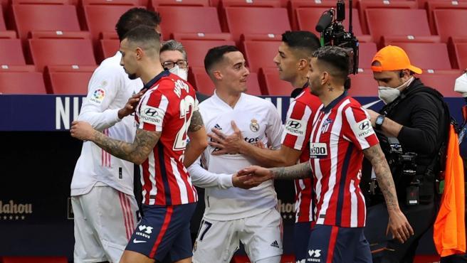 Lucas Vázquez se encara con un jugador del Atlético durante el derbi