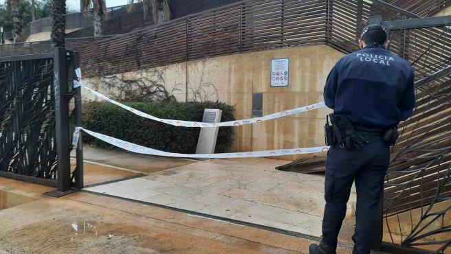 Agente de Policía precinta la zona.