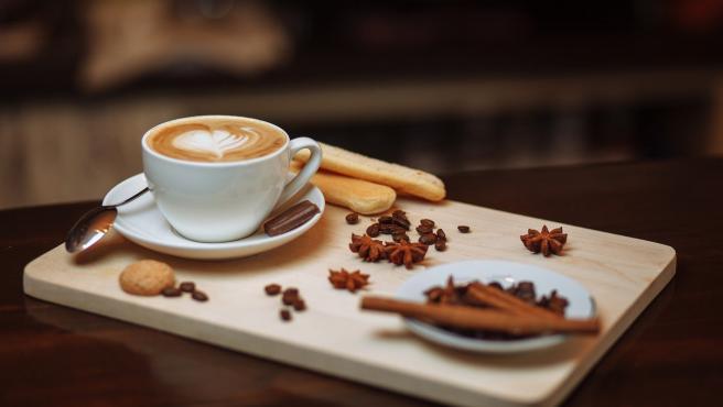 Es una costumbre muy arraigada, pero que no es muy buena. Y es que la cafeína y la teína son sustancias estimulantes, por lo que pueden ayudarte a que pases la noche en vela.