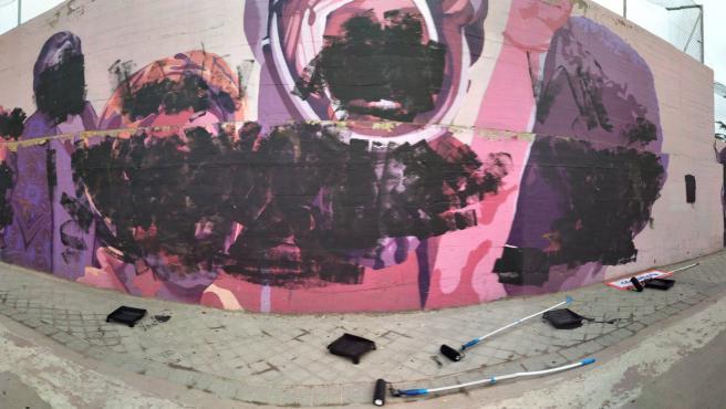 El mural feminista de Ciudad Lineal tras las pintadas vandálicas.
