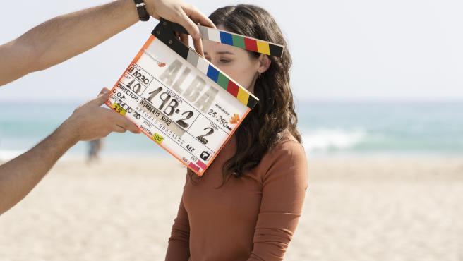 Un momento del rodaje de la serie Alba, con la claqueta en primer plano y Elena Rivera detrás.